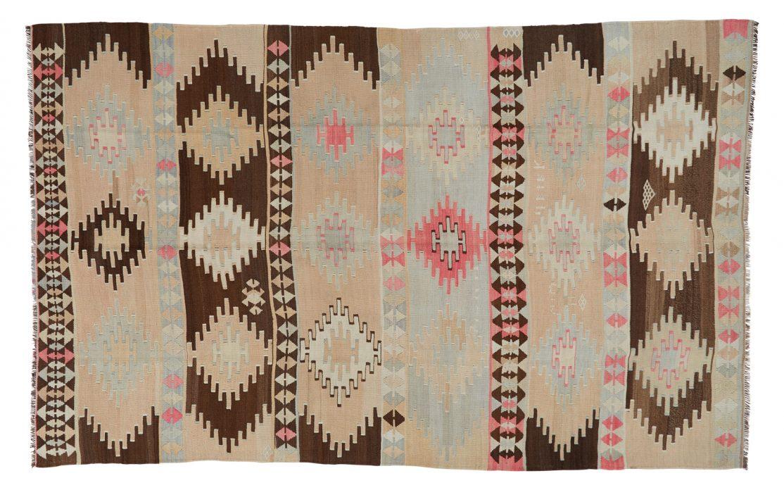 Stor tyrkisk kelim tæppe i nuancer af beige og brun med detaljer af mint og rosa. Tæpper sælges i København