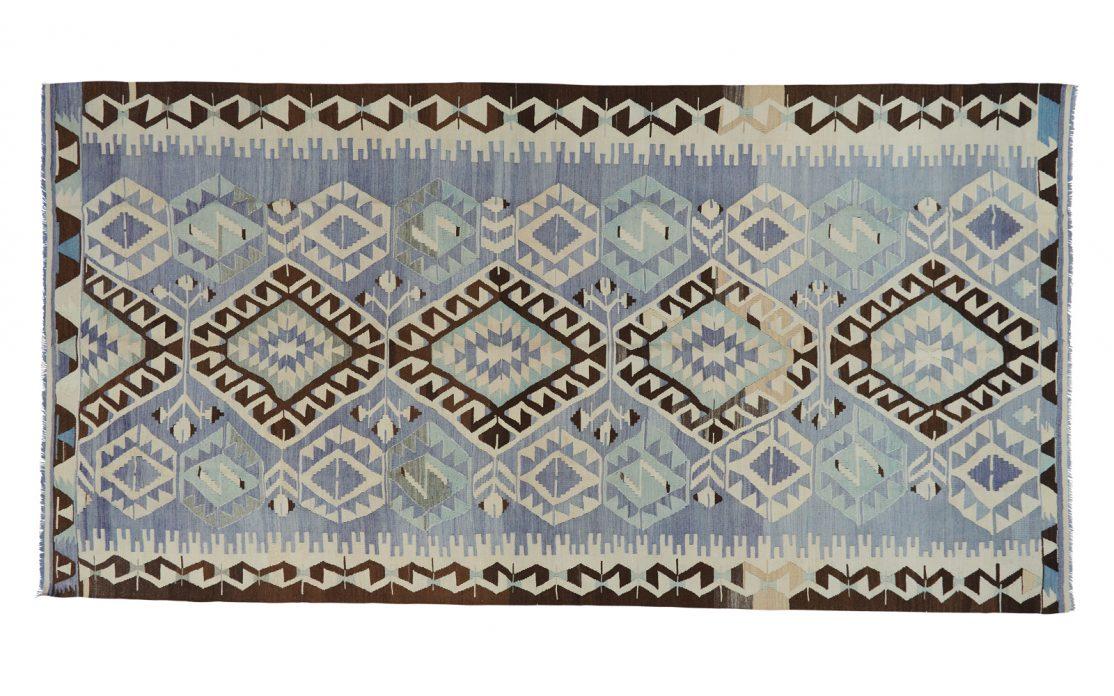 Stor tyrkisk kelim tæppe i nuancer af lys blå med detaljer i beige og sort. Tæpper sælges i København