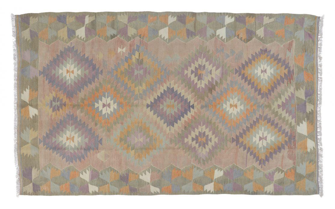 Lys tyrkisk kelim tæppe i pastelfarver i rosa, mint, blå og grå med lilla og orange detaljer. Tæpper sælges i København