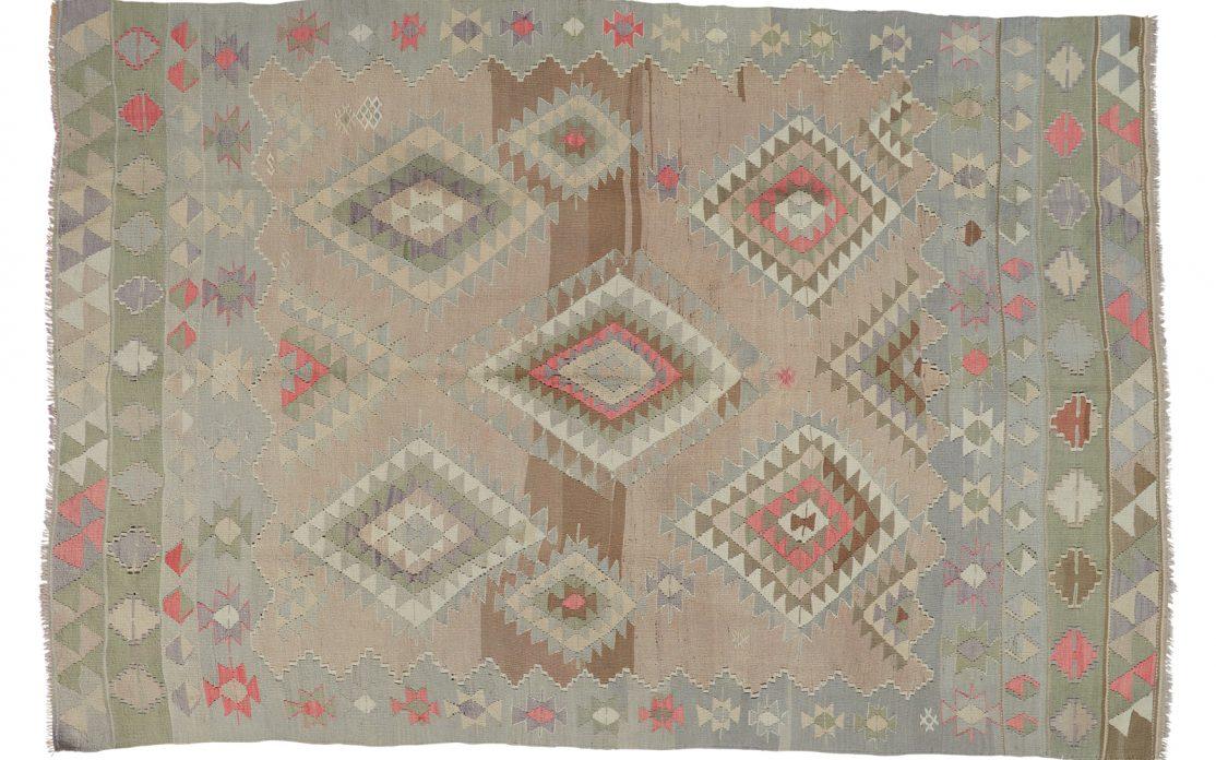 Lys tyrkisk kelim tæppe i nuancer af beige, grå og sand med detaljer af rosa og blå. Tæpper sælges i København