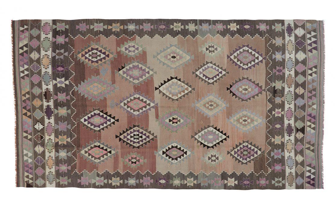 Tyrkisk kelim tæppe i nuancer af grå, beige sand og lilla med detaljer af mint. Tæpper sælges i København