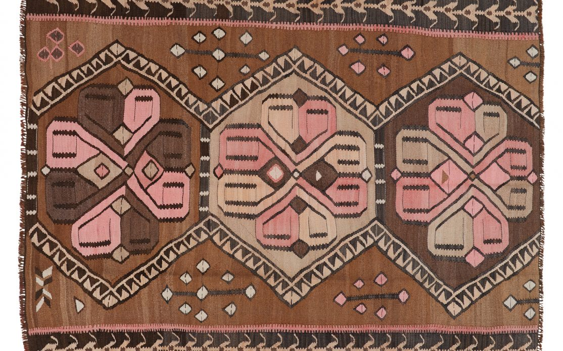 Tyrkisk kelim i brune nuancer med detaljer af rosa og beige. Tæpper sælges i København