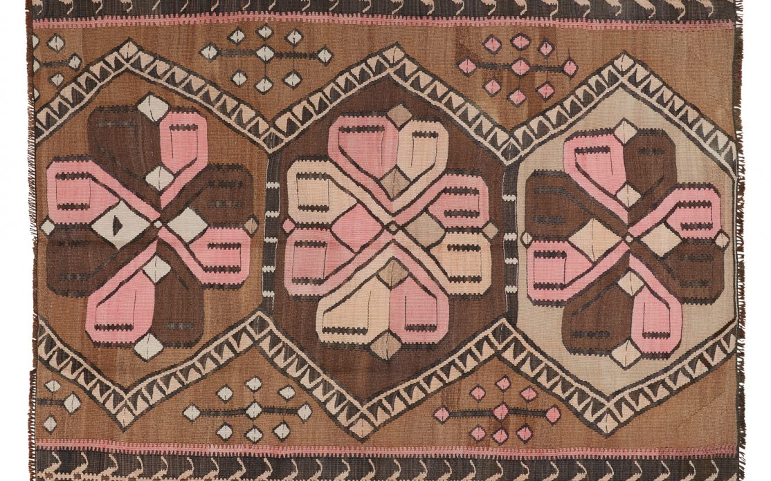 Grafisk tyrkisk kelim tæppe i nuancer af brun med detaljer af rosa og beige. Tæpper sælges i København