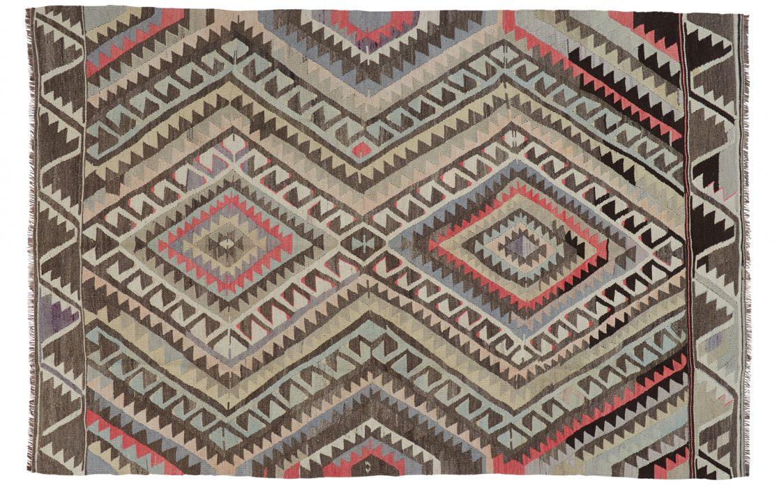 Tyrkisk kelim tæppe i nuancer af grå og beige med detaljer af mint og rosa. Tæpper sælges i København