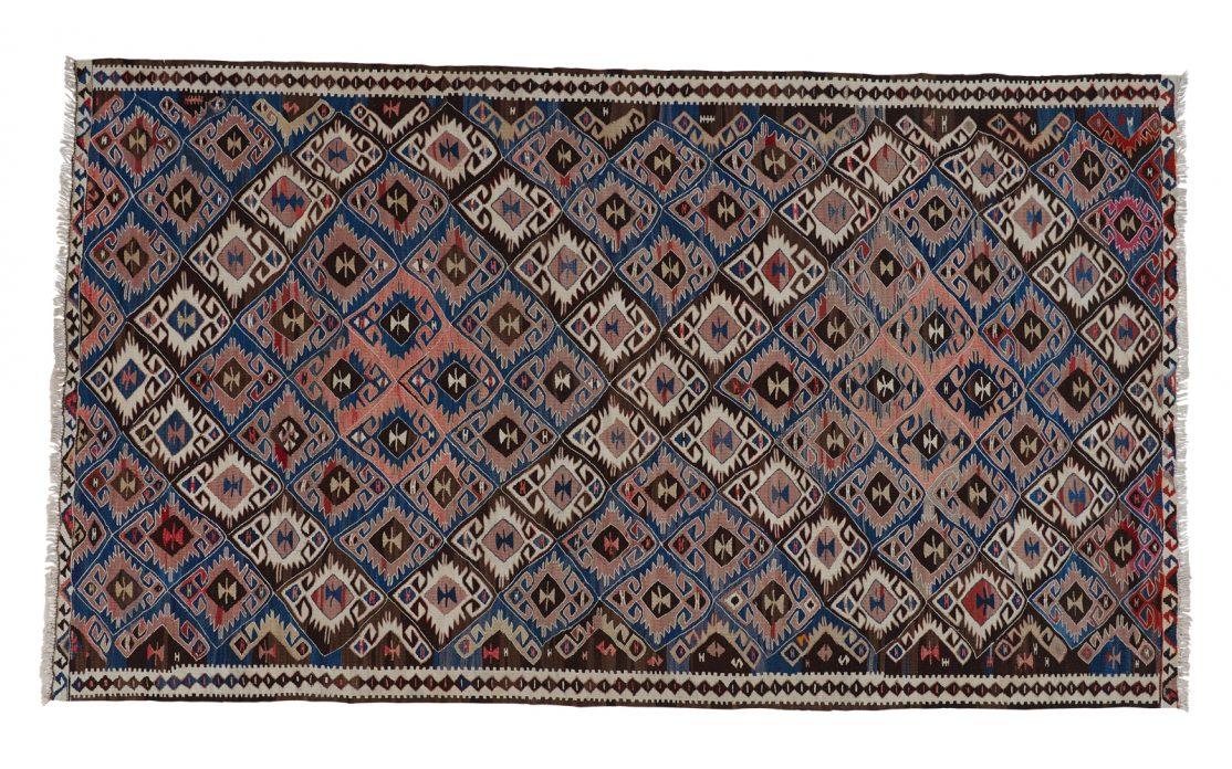 Tyrkisk kelim tæppe i nuancer af mørkeblå, rosa og bordeaux med beige detaljer. Tæpper sælges i København