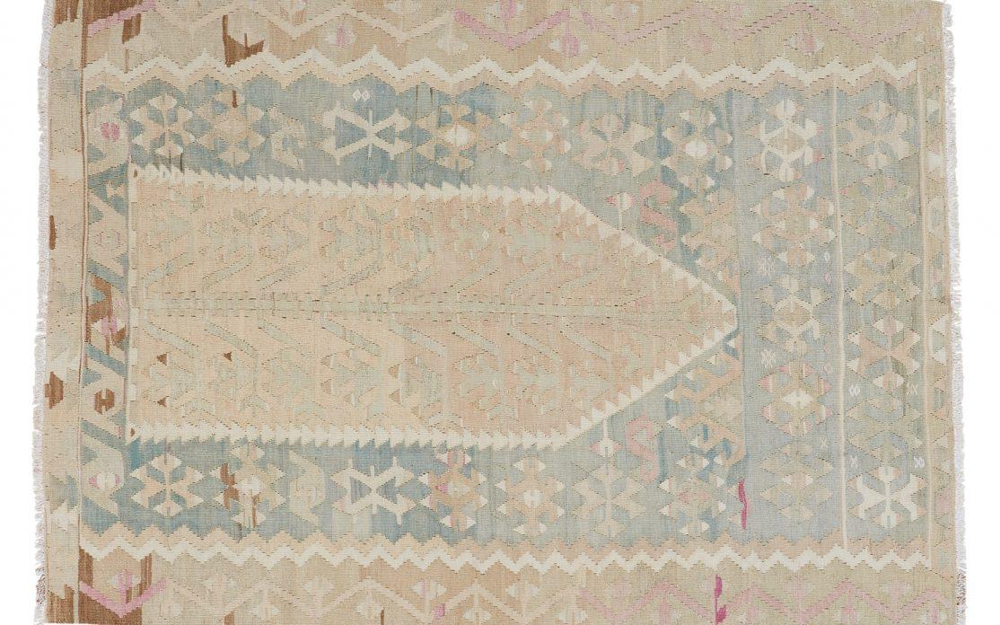 Tyrkisk kelim tæppe i lyse og støvet farver af beige og blå. Tæpper sælges i København