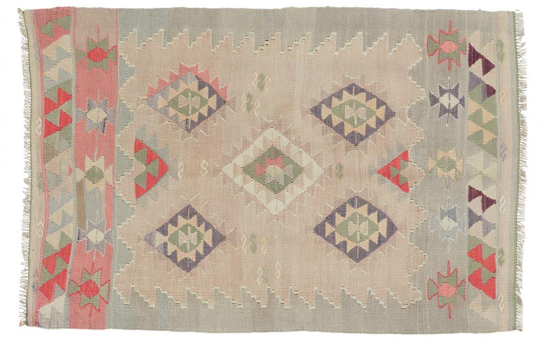 Lille tyrkisk kelim tæppe i beige nuancer med detaljer af mint, rosa, rød og blå. Tæpper sælges i København