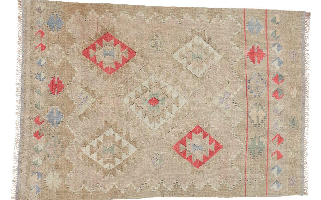 Lille tyrkisk kelim tæppe i lys beige med rosa og blå detaljer. Tæpper sælges i København