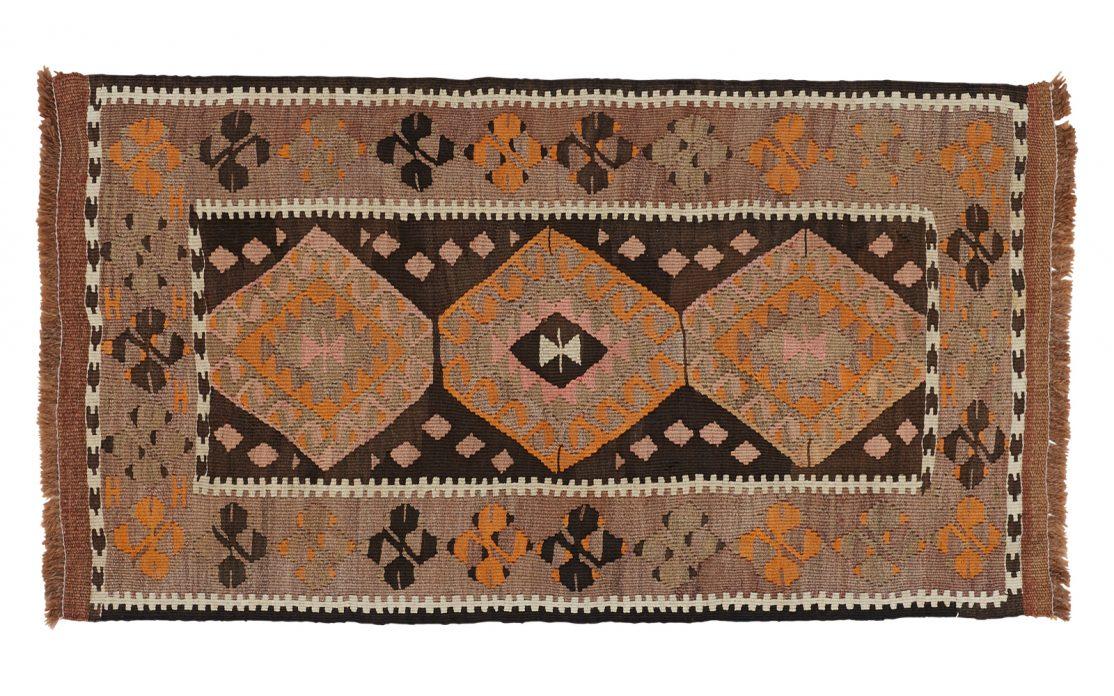 Lille tyrkisk kelim tæppe i brændte farver af brun med detaljer af okker, orange og beige. Tæpper sælges i København