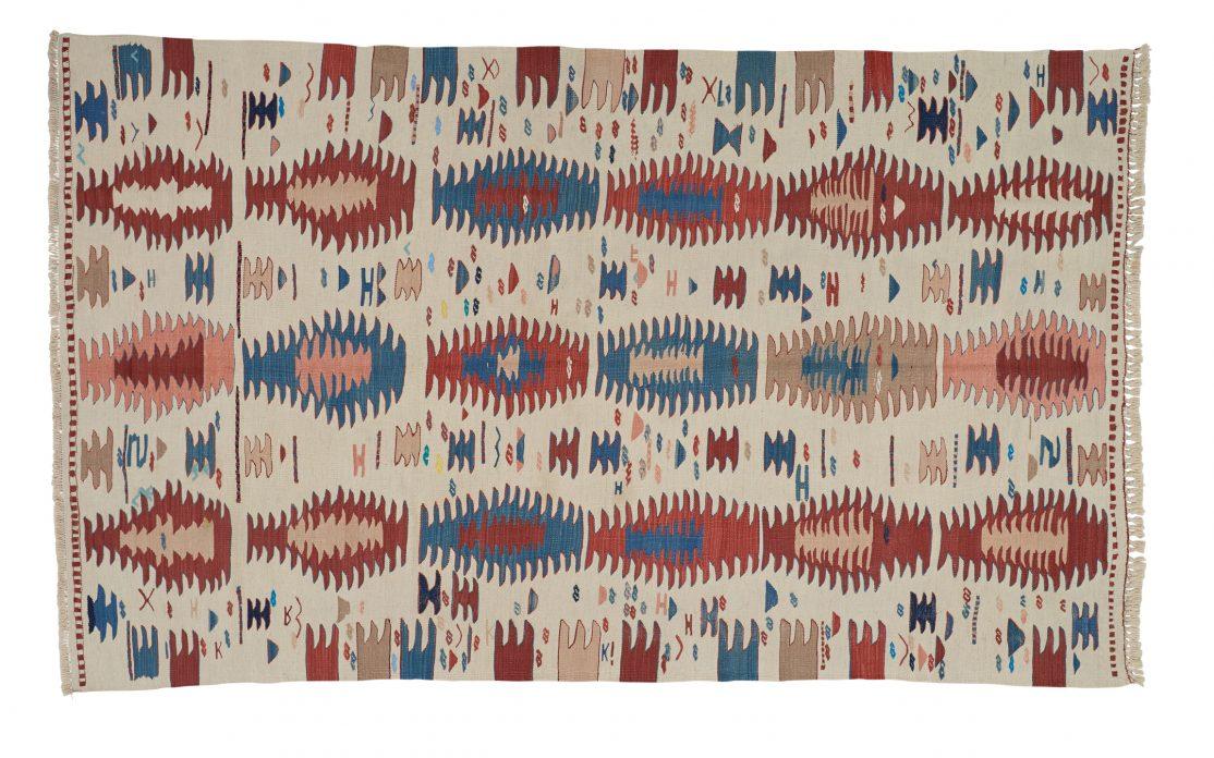 Lille tyrkisk kelim tæppe i beige med kontraster af klar blå, rød, bordeaux og rosa. Tæpper sælges i København