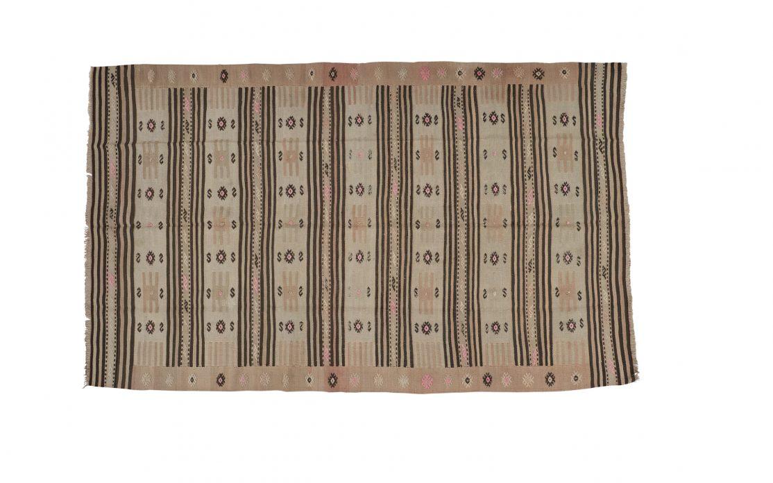 Tyrkisk kelim tæppe i oliven med sorte og rosa detaljer. Tæpper sælges i København