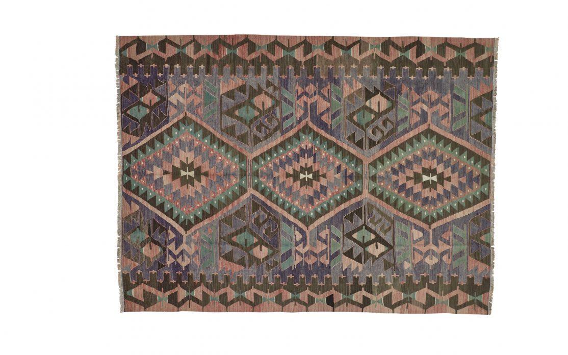 Tyrkisk kelim tæppe i nuancer af rosa, grøn, oliven og blå. Tæpper sælges i København