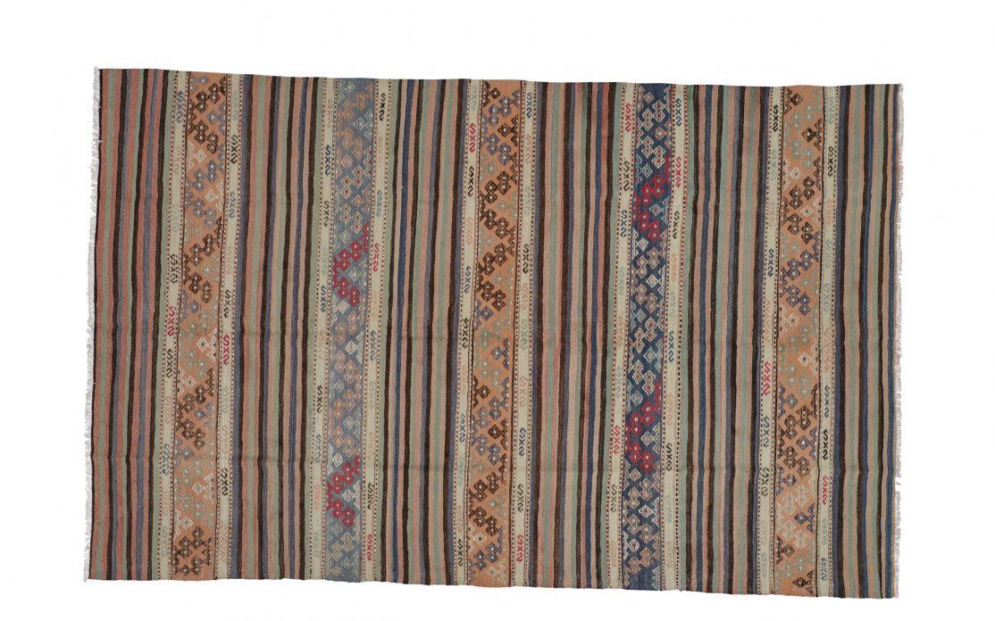Tyrkisk stribet kelim tæppe i sand, blå, mint med rosa detaljer. Tæpper sælges i København