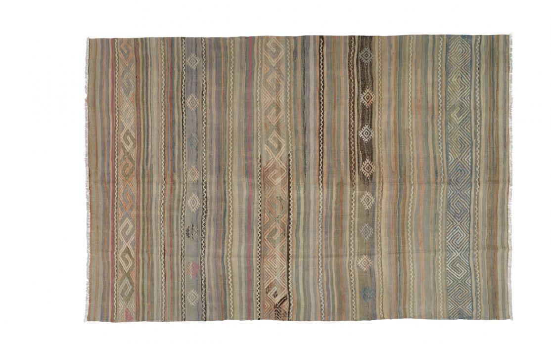 Stribet tyrkisk kelim tæppe i støvede lyse farver. Tæpper sælges i København