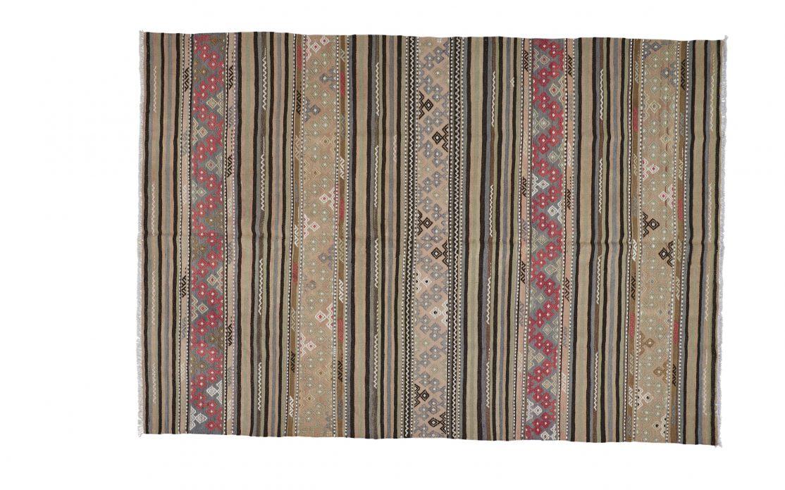Tyrkisk stribet kelim tæppe i beige og grå nuancer med rosa detaljer. Tæpper sælges i København