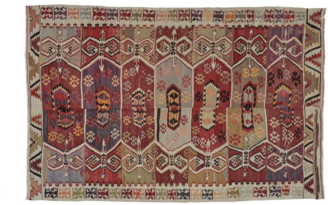 Tyrkisk kelim tæppe i røde og grå farver med sand detaljer. Tæpper sælges i København