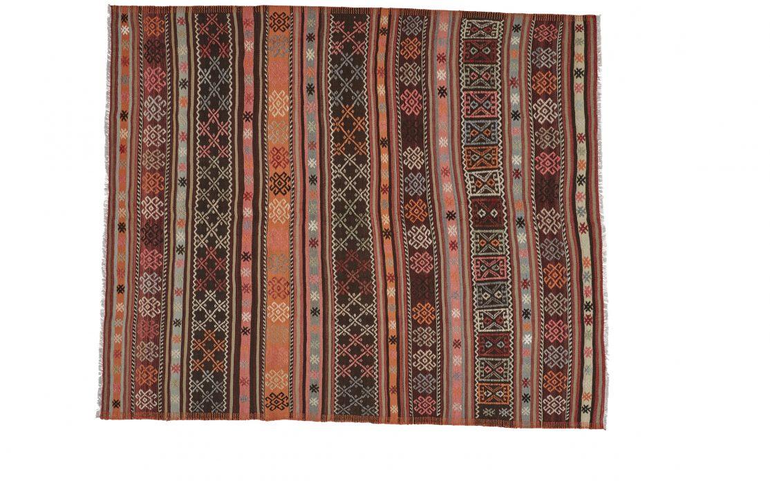 Stribet tyrkisk kelim tæppe i mørke, varme toner. Tæpper sælges i København