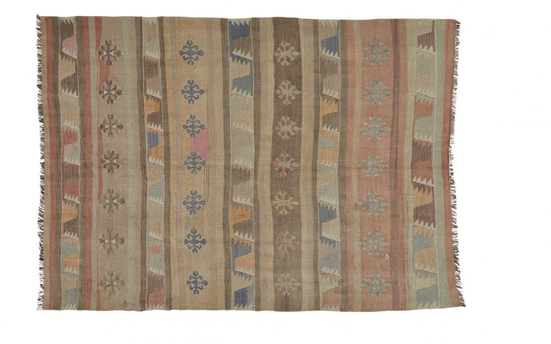 Tyrkisk stribet kelim tæppe i støvede beige og rosa toner. Tæpper sælges i København