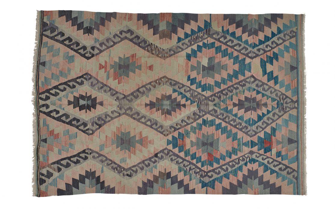 Tyrkisk kelim tæppe i nuancer af bordeaux, sort og petroleum. Tæpper sælges i København