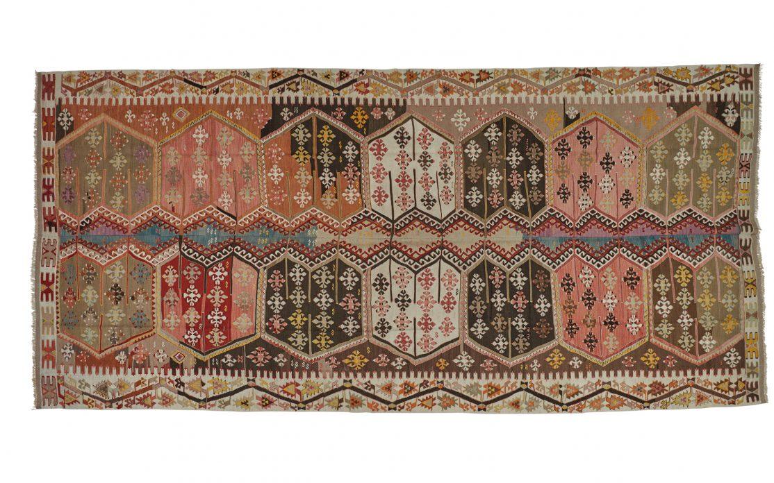 Stor tyrkisk kelim tæppe i nuancer af rød, rosa, blå, gul og beige. Tæpper sælges i København