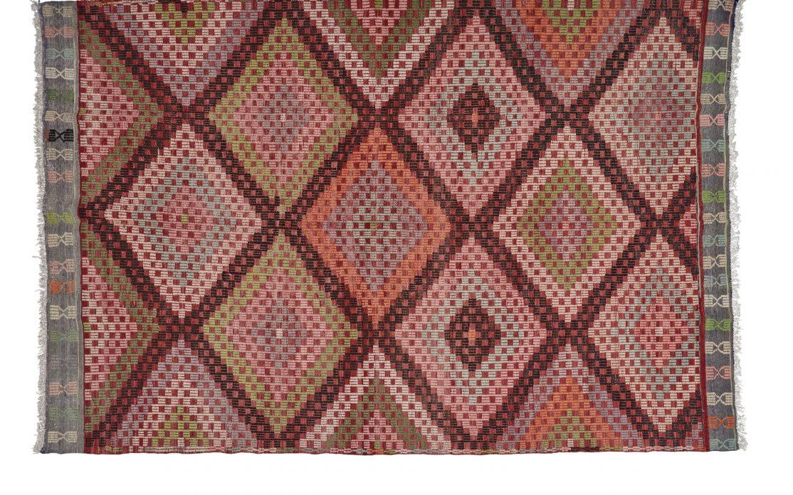 Tyrkisk stor kelim tæppe i farverigt rødt mønster. Tæpper sælges i København