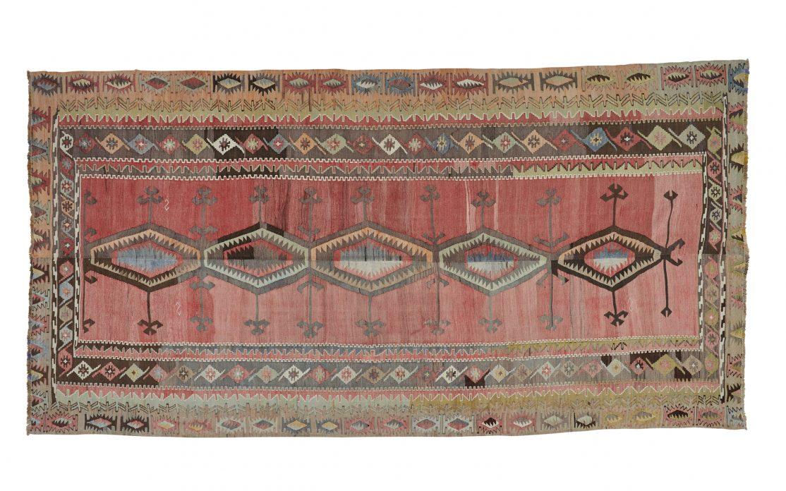Tyrkisk kelim tæppe i rosa og gyldne farver. Tæpper sælges i København