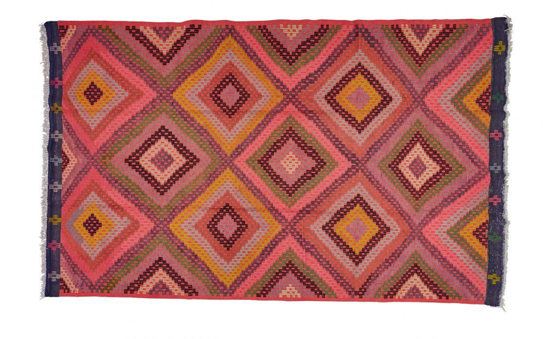 Stor tyrkisk kelim tæppe i pink farver med detaljer af gul, grøn og lilla. Tæpper sælges i København