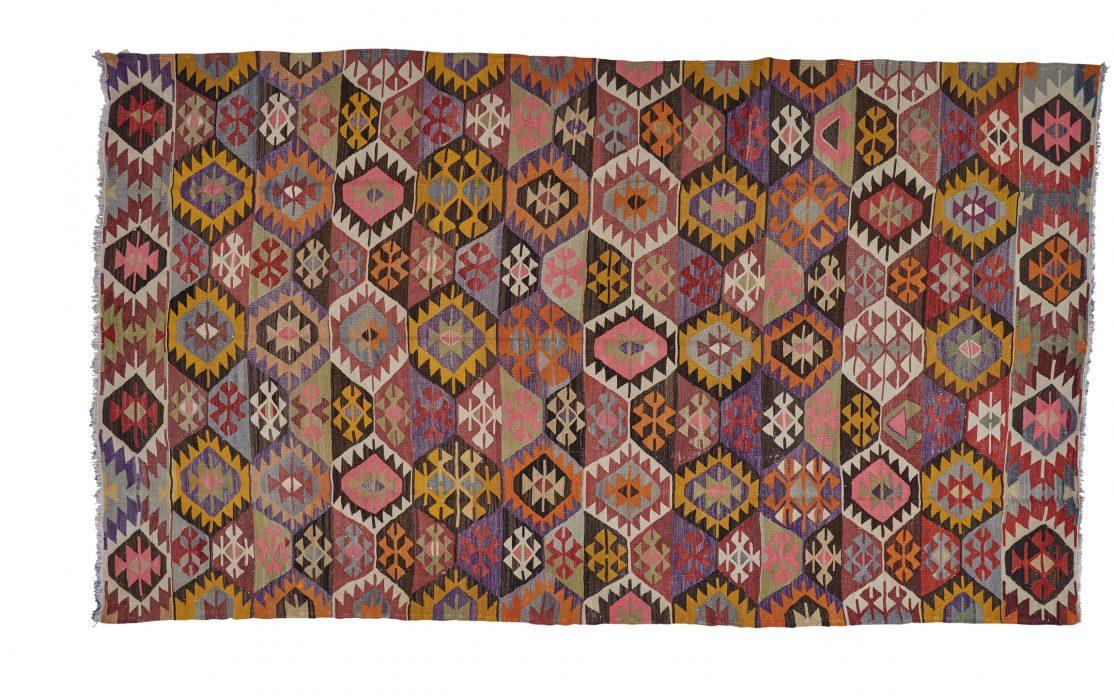 Stor tyrkisk kelim tæppe i mange farver af rød, rosa, gul og lilla. Tæpper sælges i København