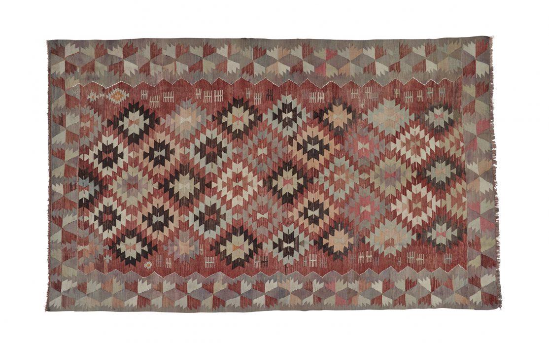 Stor tyrkisk kelim tæppe i røde og grå nuancer. Tæpper sælges i København