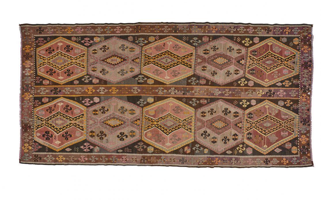 Stor tyrkisk kelim tæppe i brændte farver af rød, brun og okker. Tæpper sælges i København