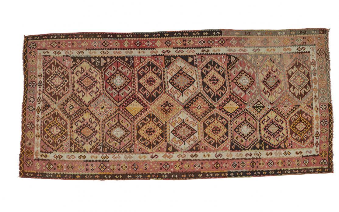 Stor tyrkisk kelim tæppe i varme, brændte, røde farver. Tæpper sælges i København