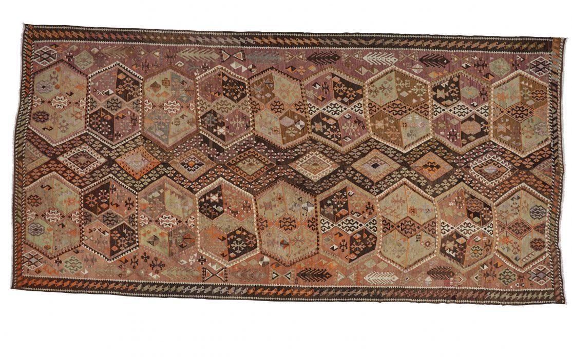 Stor tyrkisk kelim tæppe i brune toner med orange detaljer. Tæpper sælges i København