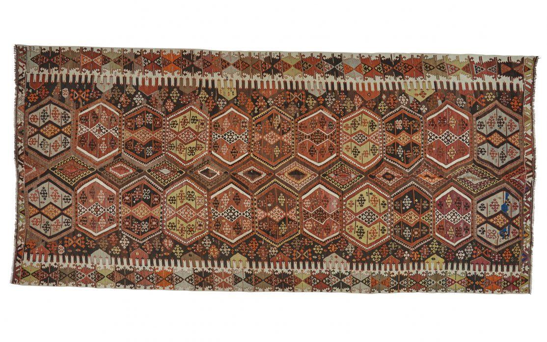 Stor tyrkisk kelim tæppe i brændte farver med grå og lime detaljer. Tæpper sælges i København