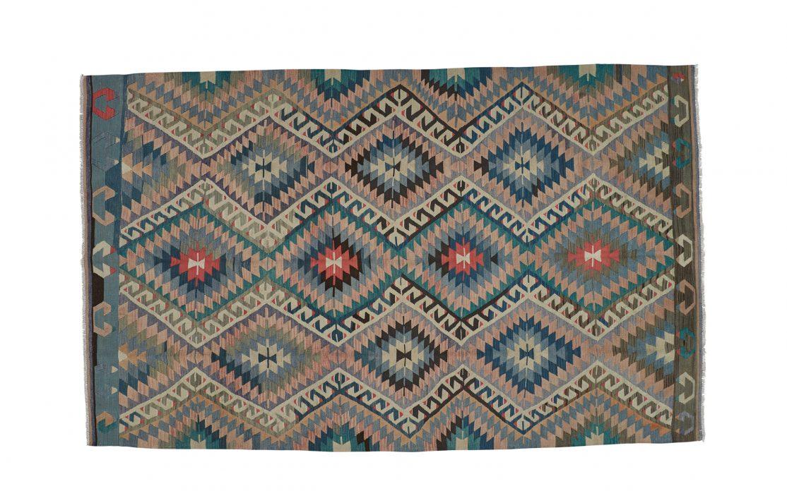 Stor tyrkisk kelim tæppe i blå, grøn, rosa, grå og pink. Tæpper sælges i København