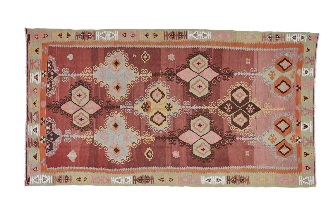 Stor tyrkisk kelim tæppe i bordeaux med pastel detaljer. Tæpper sælges i København