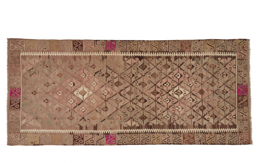 Stor tyrkisk kelim tæppe i rosa med detaljer i guld og messing. Tæpper sælges i København