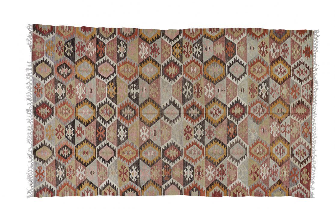 Stor tyrkisk kelim tæppe i brændte og grå nuancer. Tæpper sælges i København