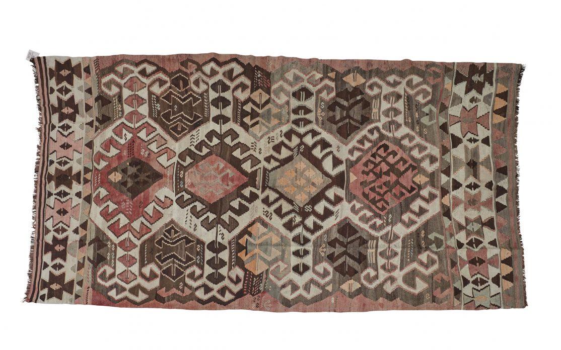 Stor tyrkisk kelim tæppe i rosa, brun og grå farver. Tæpper sælges i København