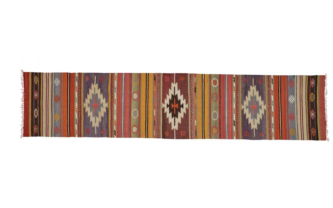 Tyrkisk kelim tæppe løber i blandede farver af rød, gul og blå. Tæpper sælges i København