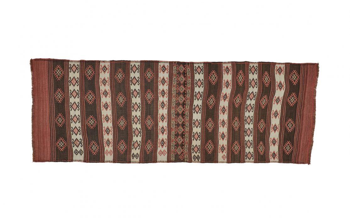 Tyrkisk stribet kelim tæppe løber i bordeaux, beige og brun. Tæpper sælges i København