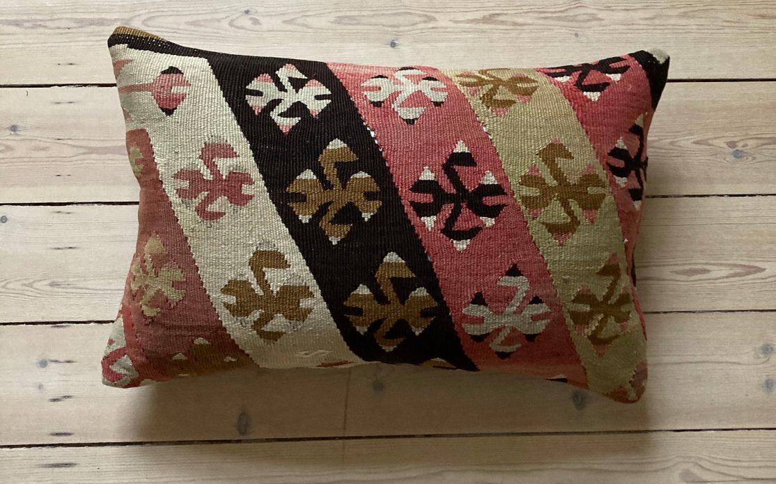 Tyrkisk kelim pude i sand, brun, rosa og olivengrøn. Puder sælges i København