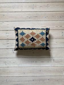 Tyrkisk kelim pude i beige med blå og rustrøde detaljer