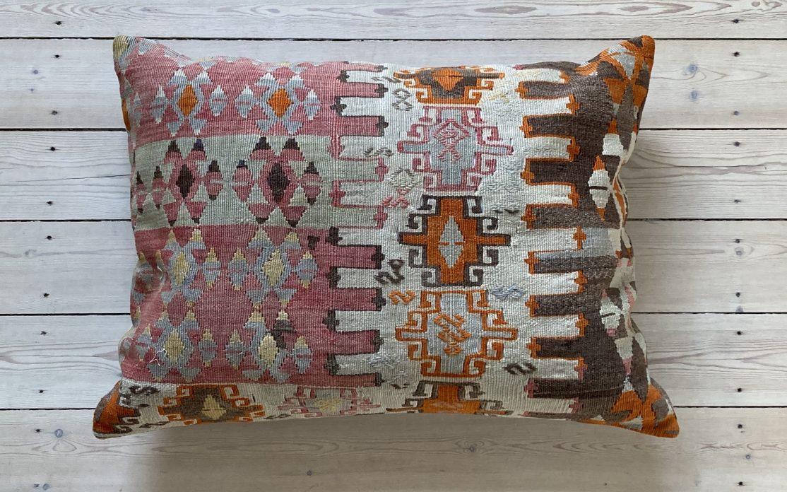 Tyrkisk kelim pude i rosa og brun med orange og beige detaljer. Puder sælges i København