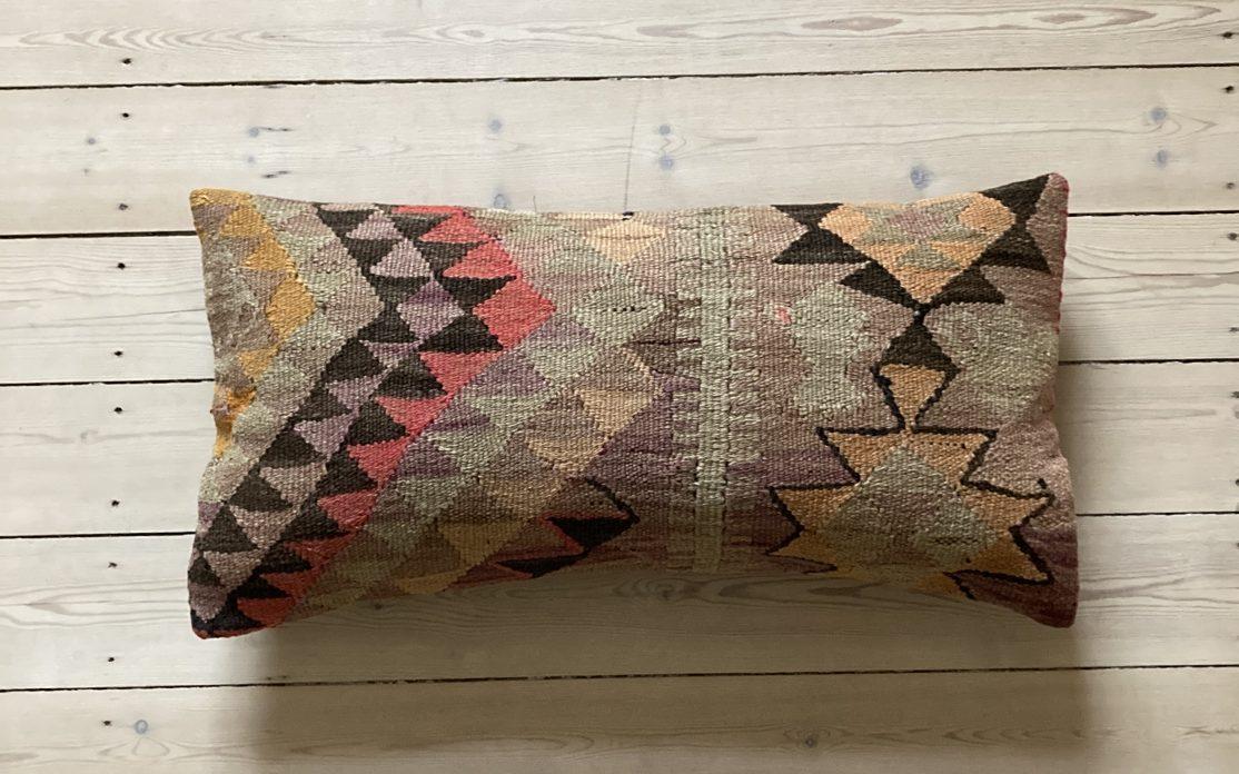 Tyrkisk kelim pude i flerfarvet mønster. Puder sælges i København