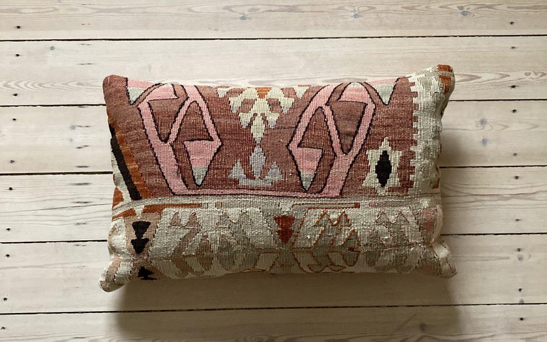 Tyrkisk kelim pude i rosa, beige og sand. Puder sælges i København