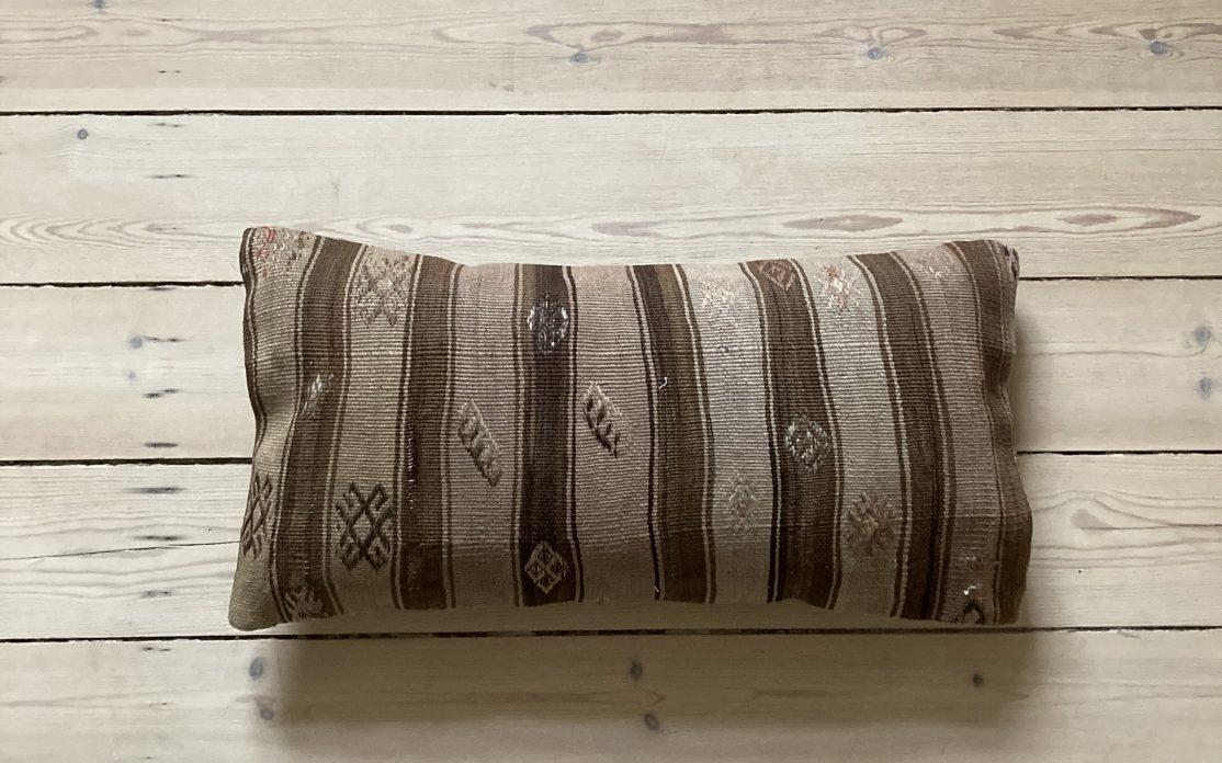 Tyrkisk kelim pude i brune og sand striber. Puder sælges i København