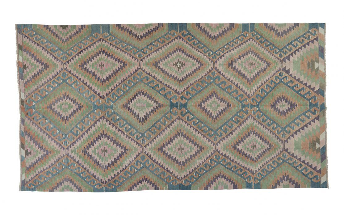 Stor kelim tæppe i grøn, blå og rosa. Tæpper sælges i København
