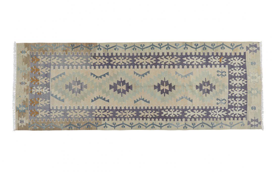 Tyrkisk kelim løber i beige, grå og afdæmpet blå. Tæpper sælges i København