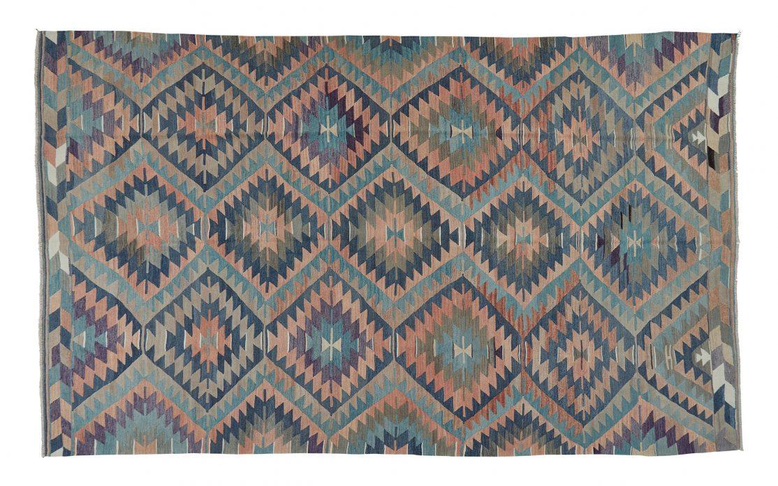 Stor kelim tæppe i petroleum, rosa og grå farver. Tæpper sælges i København
