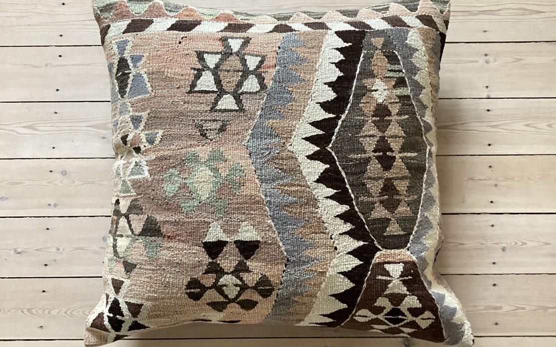 Kelim pude til gulv i grå, beige, brun og sort. Puder sælges i København